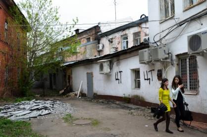 4/10 Hinterhöfe gehören in Russland zur städtischen Nutzungsfläche. Solche Hinterhöfe sind oft chaotisch, kaputt und voller Abfall, und werden doch selbstverständlich ausgenutzt. So findet man dort oft Anwaltskanzleien, Armani-Läden oder Yoga-Zentren.