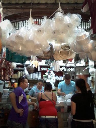 Während der Mercado Central früher lokale Lebensmittel und Handwerke vertrieb, gibt es heute allerlei Waren im Überfluss.